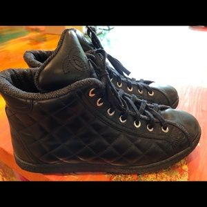 🔥CHANEL Quilted high top sneakers